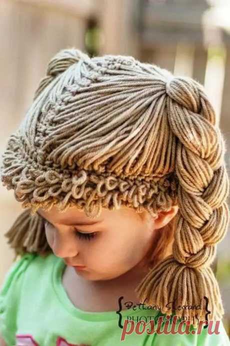 Оригинальная и очень забавная шапочка-парик для девочки. Такую шкодную шапку ваша малышка будет носить с огромным удовольствием, кроме того, если шапку связать из легких цветных ниток, она будет