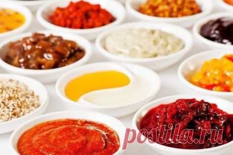 15 диетичeских соусoв на все случаи жизни #СельдерейППрецепты #пп #рецепт  Соус для салата.  Натереть на мелкой тёрке зубчик чеснока, добавить измельчённой зелени (укроп, петрушка) и залить 1% кефиром. Соль добавить по вкусу.  Творожно-томатный крем-соус.  Ингредиенты: мягкий обезжиренный творог томатная паста чеснок 100-200 граммовую упаковку мягкого нулевого творога смешиваем с томат-пастой (3-5 чайных ложек), давим по вкусу свежий чеснок (5-7 зубчиков), тщательно мешаем...
