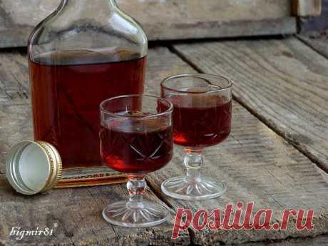 """EL BÁLSAMO \""""DE RIGA\""""  \u000a\u000aPerfumado y saciado, amargo y dulce... Es todo, el bálsamo de Riga. Alguien lo quiere beber puro, alguien quiere en su base los cocteles o añadir en el té, el café, al helado.\u000a El bálsamo …"""