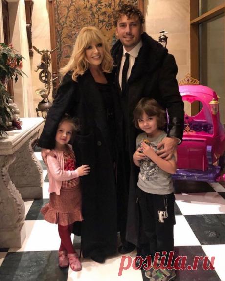 На новом семейном ФОТО Пугачева выглядит моложе Галкина