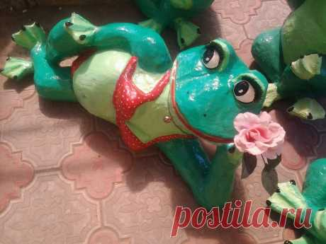 Cheerful young frogs for giving from plastic bottles