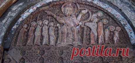 Բարաւոր.Յովհաննավանք Հայկական միջնադարեան եկեղեցական ճարտարապետութեան ամենէն տեսարժան եւ թանկագին տարրերէն մէկն է «բարաւոր»ը. մուտքի դռներու, պատուհաններու վրայ հորիզոնադիր, աղեղնաձեւ կամ կամարաձեւ քար, -վերնասեմ, դռնագլուխ, կամ շեմագլուխ- որ կը վերցնէ բեռը։ Հայկական ճարտարապետութեան մէջ մեծ մասամբ կիսաբոլոր եւ միակտուր քար է անիկա։  Ստուգաբանութիւն, բարաւորը բարձրարուեստ է դառնում, երբ քանդակագործ-ճարտարապետը, որոշում է ստեղծե