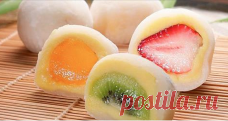 Японский десерт мочи — небольшие шарики мороженого, обернутые в оболочку из рисовой муки. Вкус — просто шикарный: очень нежная оболочка