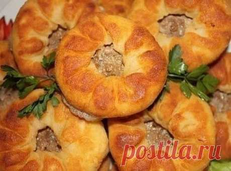 """Recipe \""""Peremyachi or Tatar belyashes\"""":\u000a\u000aThe recipe from the grandmother. Did not try more tasty. Fundamental difference of this recipe from similar in use of the bezdrozhzhevy test.\u000a\u000aIngredients for \""""Peremyachi or the Tatar belyashes\"""":\u000aMincemeat (I use forcemeat from veal with addition of 30% pork.) — 1 kg\u000aOnion — 3 pieces\u000aThe water aerated (I pour approximately, forcemeat itself will prompt how many it is necessary.) — 100 g\u000aWheat flour (Usually I take with a stock. I bake cheese from garlic in the remains of the test..."""