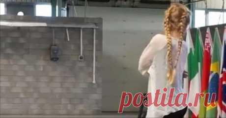 Когда эта 11-летняя блондинка с косичками поворачивается, зал уже ничто не может сдержать. 1:44 – обалденно!