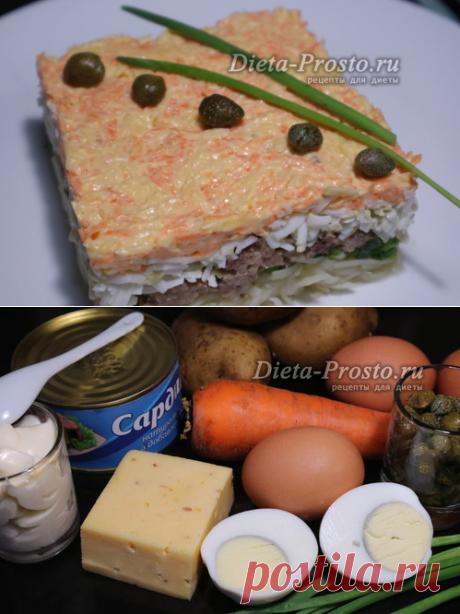 """La ensalada \""""la Mimosa\"""" con los conservas de pescado, la receta dietética clásica de la foto"""