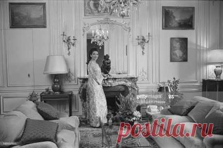 rendezvous-with-maria-callas-at-home-in-paris-maria-callas-chez-elle-picture-id166557655 (2048×1364)