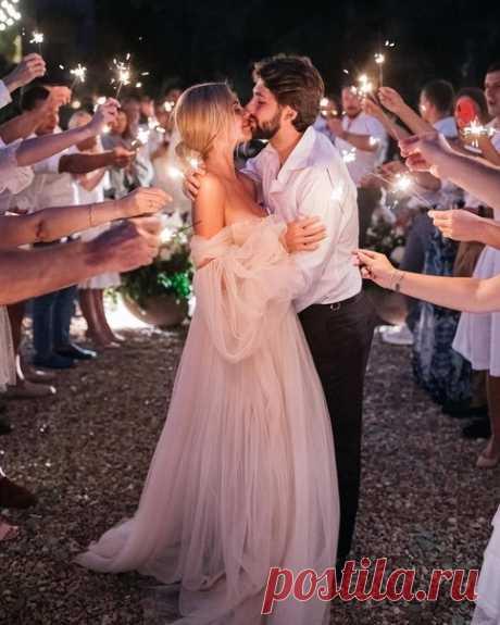 Бенгальские огни в финале свадьбы 💫 Еще больше красивых идей для твоей свадьбы в нашем Instagram ⭐ instagram.com/weddywood ⭐