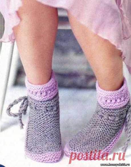 Серо-розовые носочки спицами