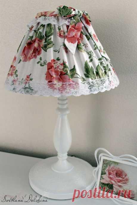 Преображение настольной лампы Преображение настольной лампыМастер-класс от Светланы Должиной.Есть, как иминимум, два способа преобразить основание лампы:1. нанести цветы белой краской,2. покрыть белой краской полностью.