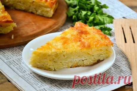 """Запеканка из тертого картофеля с сыром и чесноком  Ингредиенты: Картофель — 1 КилограммСыр твердый — 150 ГраммЯйца — 2-3 ШтукЧеснок — 2-3 ЗубчиковМайонез — 3-4 Ст. ложекСоль, перец — По вкусуКоличество порций: 4-5Как приготовить """"Запеканка из тертого…"""