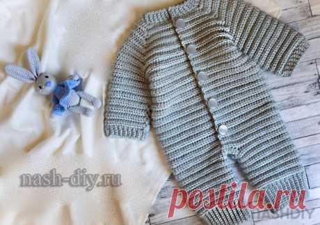 Вязаный детский комбинезон крючком для новорожденного Полосатик