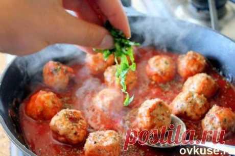 Индюшачьи фрикадельки в остром томатном соусе под сыром - Простые рецепты Овкусе.ру