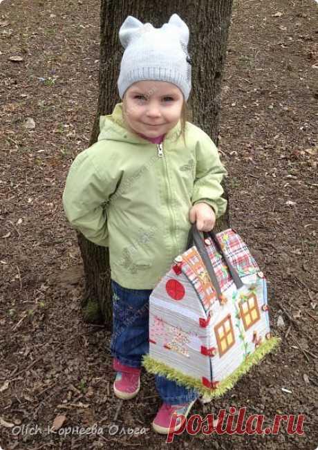 Домик-сумка. Давно хотела сшить домик-сумку для младшей доченьки. Это многофункциональная игрушка: можно использовать как сумку для переноски игрушек, можно играть дома и в дороге, все что нужно убрать внутрь и ничего не потеряется. Такой дом отлично развивает воображение.