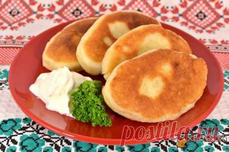 Пирожки с картофелем на кефирно-дрожжевом тесте Предлагаю вам попробовать очень вкусные пирожки с картофелем на кефирно-дрожжевом тесте. Тесто очень классное, пирожки получаются отличные, очень пышные. Тесто после полного замеса не нуждается в подходе, пирожки формируются и жарятся сразу же.
