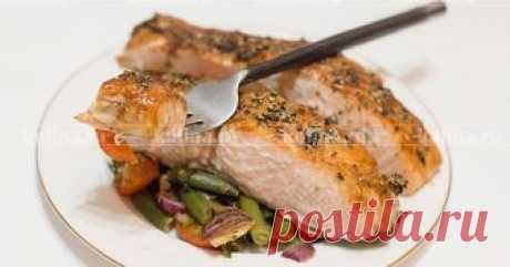 Семга в духовке Предлагаю рецепт очень вкусной, а главное полезной семги, запеченной в духовке с овощами. Гарнир и основное блюдо, 2 в 1. Это блюдо понравится тем, кто следит за своим весом и здоровьем, так как готовим блюдо абсолютно без соли. Специи, которые я использую, это готовые смесь для рыбы и овощей, которые состоят из зелени и сушеных овощей, без соли. Рыбу запекаем без масла. Блюдо очень ароматное и вкусное.