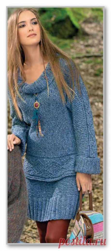 Меланжевый комплект: короткая юбка и пуловер поперечной вязки.