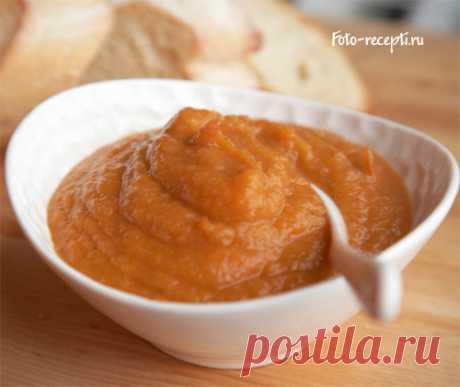 Кабачковая икра как в магазине  =Ингредиенты:  3 кг кабачков,   подсолнечное масло (рафинированное дезодорированное),  0,5 кг лука,  1 кг моркови,  1 баночка томатной пасты (200 г),  зелень укропа и петрушки (немного),  мука пшеничная,  перец по вкусу,  1 ст.л. соли,  пряности на ваш вкус (душистый молотый пререц подойдет)