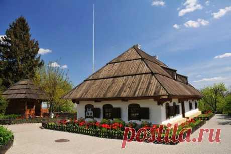 На вітальні полтавській землі, на березі річки Ворскли, в тіні Успенського собору, навпаки Білій Ротонди розташувалася невелика садиба.  Невеликий будиночок в українському стилі, комора, криниця з журавлем, сарай і зелена огорожа є обов'язковим пунктом екскурсійного туру по Полтаві.