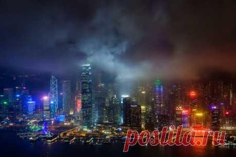 Огни ночного Гонконга. Фотограф – Юрий Бирюков: nat-geo.ru/community/user/166862/ Ярких снов!
