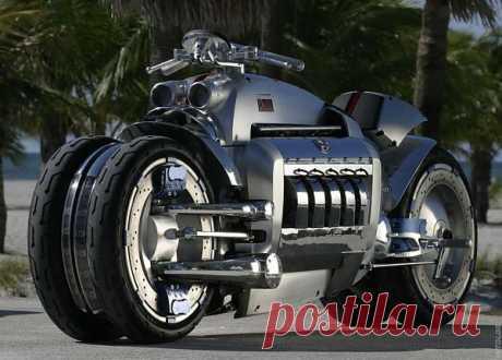 Dodge Tomahawk. Мотоцикл Tomahawk имеет десятицилиндровый V-образный  двигатель от Dodge Viper объемом в 8,3 литра. Мощность мотора 500 лошадиных сил. Разгон машины с нуля до ста километров в час равняется максимум 2,5 секунды. Реальная скорость, которой может достигнуть Томагавк – 480 км/час. Но если не учитывать сопротивление воздуха, теоретически мотоцикл может разогнаться до 676 км/час.