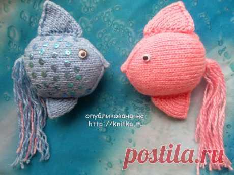 Вязаная игрушка «Рыбка» Интересная вязаная игрушка «Рыбка» — настоящие аквариумные. Эти рыбки могут быть и елочными игрушками.…