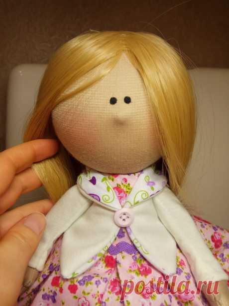 Textil interernaya la muñeca por las manos. La Clase maestra.