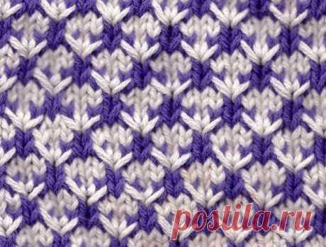 Красивый узор из пряжи двух цветов Симпатичный узор - подойдет и для вещей, и для домашних аксессуаров.  Количество петель кратно 4 +3 для симметрии +2 кромочные. Число петель увеличивается в рядах 1 и 5 и уменьшается в рядах 3 и 7.   Набрать петли цветом А (белым).