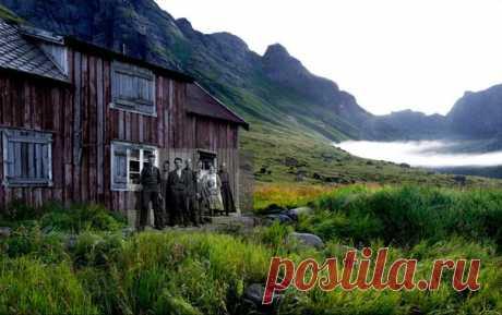 Вскоре послеВторой Мировой войны многие жители Лофотенских островов уезжали в центральные области Норвегии. Спустя 60 лет фотограф Hebe Robinson создал проект Эхо, в котором соединил прошлое и настоящее с помощью старых семейных альбомов - и современных пейзажей. / Speleologov.Net - мир кейвинга