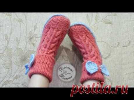 Los calcetines-sapozhki por los rayos sobre la suela de fieltro