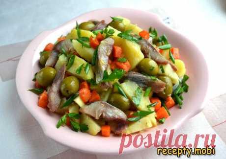 Картофельный салат с сельдью и яблоком  ✅Ингредиенты сельдь слабосоленая - 1 шт. (300 г); картофель - 3 шт. (370 г); морковь - 1 шт. (115 г); яблоко - 1 шт. (140 г); петрушка - 3 веточки; чеснок - 1-2 зубчика (3 г); карри - на кончике ножа; оливковое масло - 50 мл; оливки или каперсы - 1 ст. л. (50 г); соль; сок лимона - 1 ч. л. перец молотый черный; лук зеленый - 2 веточки.