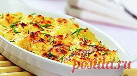 Цветная капуста запеченная с сыром  Ингредиенты (на 3-4 порции): - цветная капуста - 500 гр - тертый сыр (лучше нежирный типа Моцареллы) - 100 гр - сметана 10% - 80 гр - панировочные сухари - 40 гр - соль, черный молотый перец по вкусу - по вкусу - чеснок сушеный - 1/2 ч.л. - свежая зелень - несколько веточек