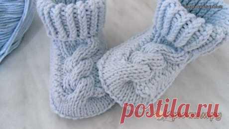 Пинетки с косами #вязание #спицами #длядетей  Когда женщина ждет ребенка, ей хочется окружить его заботой и теплом. Мамочки стараются выбрать для своей любимой крохи самые нарядные и оригинальные вещи. А что может быть лучше вещей, связанных заботливыми мамиными руками. Самой первой обувью для новорожденных деток служат пинетки. По большей части они выполняют декоративную функцию, но не нужно забывать и о практичности пинеток.  В данном мастер-классе мы расскажем, как связ...