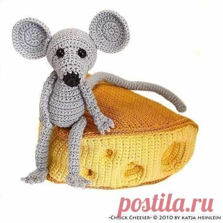 Вяжем игрушки крючком. Мышка с сыром.