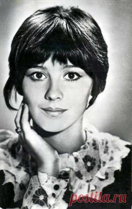 ༺🌸༻В 1985 году были напечатаны её первые стихи, а в 1996 году опубликован первый сборник стихов – «Кружась над золотыми куполами».