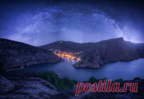 Ночная Балаклава, Крым. Автор фото – Кирилл Волков: nat-geo.ru/community/user/189276/. Добрых снов.