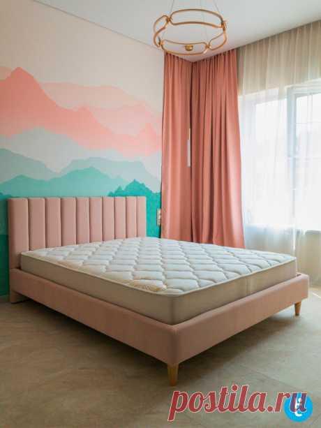 Розовая двуспальная кровать в детскую комнату на деревянных ножках на заказ