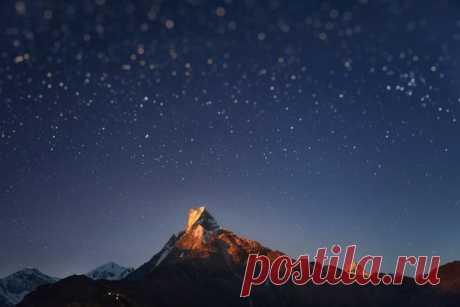 Пик Мачапучаре в лучах восходящей Луны. Непал. Автор фото – Антон Янковой: nat-geo.ru/photo/user/49098/