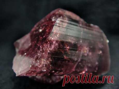 Камень рубеллит: свойства, фото и значение для человека | Всё про амулеты. | Яндекс Дзен