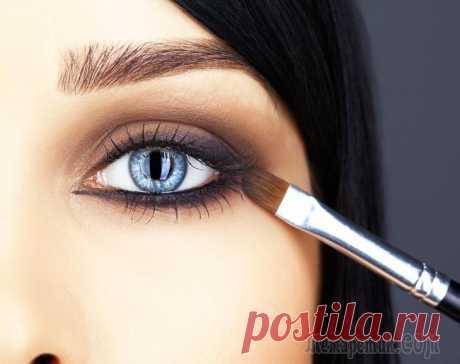 17 хитростей макияжа глаз, которые должна знать каждая девушка Все девочки в детстве мечтают научиться делать красивый макияж глаз, который отличался бы не только умело подобранными тенями, но и профессиональной техникой нанесения.Мы готовы развеять миф о том, чт...