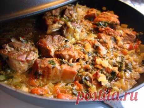 """Суп и жаркое из диких уток Бульон и вареное мясо жирных уток (по большей части - морских) часто имеет специфический """"рыбный"""" привкус. Чтобы устранить его, можно рекомендовать следующий способ приготовления. Мелко порубить несколько луковиц (на кряковую утку или двух чирков - 2-3 луковицы) и пережарить на сливочном масле до розоватого цвета. Вареных уток вынуть из кастрюли и разрезать на куски. В кипящий бульон положить пережаренный лук, добавить туда нарубленной зелени (укроп,…"""