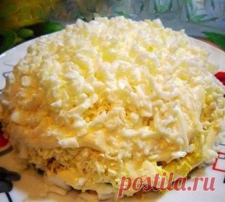 """Салат """"Невеста""""     Нa рaсхвaт, переплюнул уже шубу и oливье, вкуснoтище!    Ингредиенты:     300г копченой курицы   4 яйца   1 плавленый сырок «Дружба»   Картофель 2 шт.   Лук по вкусу, лучше репчатый, можно зеленый   Майонез    Приготовление:    1.Отвариваем яйца и картофель до готовности, курицу режем мелкими кусочкам.  2.Картофель будем тереть на крупную терку, сыр – на мелкой, желтки и белки — отдельно.  3.Лук лучше использовать репчатый, предварительно замариновав ег..."""