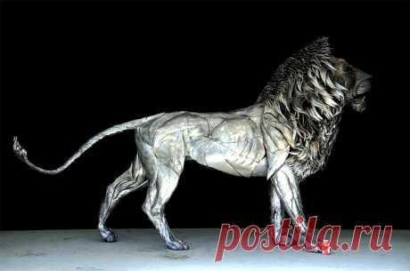 Неживая природа: стальной лев из тысяч пластин
