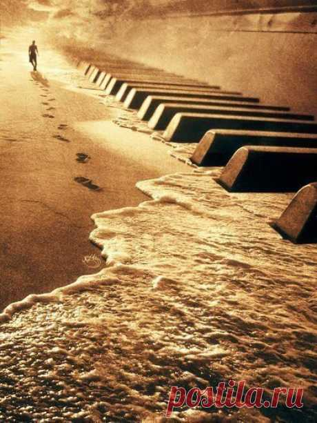 Когда нам хорошо, мы наслаждаемся музыкой, но когда нам плохо мы начинаем понимать слова песен.