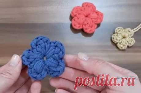 Как связать крючком цветок из трикотажной пряжи, видео-урок