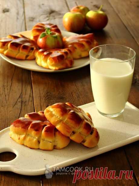 Сдобные листики с яблоками и корицей — рецепт с фото на Русском, шаг за шагом. Сдобные пирожки с яблочной начинкой и с пряными нотками корицы прекрасно подойдут для завтрака или просто для перекуса с чашечкой чая. #рецепт #пироги #пирожки #выпечка #булочки #чаепитие #кчаю