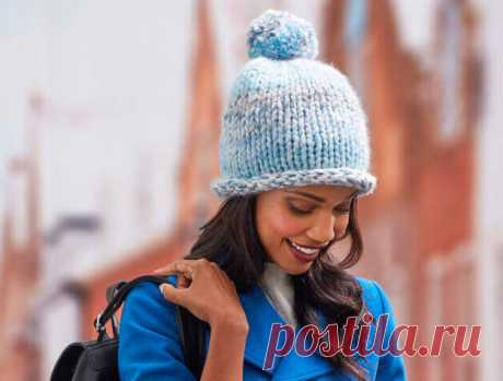 Голубая шапка толстыми спицами - WEKNIT Как легко и быстро связать модную, стильную женскую шапку толстыми спицами из толстой пряжи лицевой гладью: описание вязания и подбор пряжи