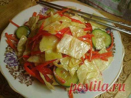 Салат из капусты и огурцов по-корейски.