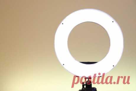 Кольцевая светодиодная лампа для студийной съемки Кольцевой светильник - полезный аксессуар для фотографов и студийных блогеров. Качество освещение способно кардинально повлиять на изображение.В этой статье мастер поделится расскажет нам как можно самостоятельно сделать такую кольцевую лампу. Особенность его сборки является чередующиеся светодиоды