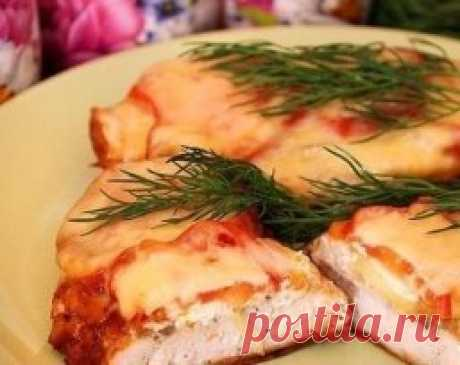 Chicken in French in the crock-pot\u000aIngredients:\u000aChicken fillet — 4 Pieces\u000aTomatoes — 2 Pieces\u000aOnion — 0,5 Pieces\u000aCheese firm — 100 Grams\u000aSour cream — 2 Tablespoons\u000aSalt — 1 Teaspoon\u000aPepper — 0,5 Teaspoons\u000aWater — 4 Tablespoons\u000aWe wash out chicken fillet, we put on a dostochka and properly we beat off.\u000aMix salt with pepper. Grate with this mix chicken fillet.\u000aWe pour in water in a crock-pot bowl, we put fillet. From above we spread the onions cut with circles. Also on each fillet we spread 0,5 tbsps of sour cream.